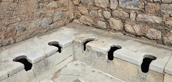 ... dass man im antiken Rom Plätze in der Latrine reservieren konnte, um gemeinsam mit anderen auf die Toilette zu gehen? Zur Unterhaltung traten dabei sogar Sänger und Künstler auf.