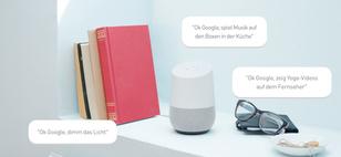 Google Home verbindet sich nahtlos mit kompatiblen Smart-Home-Geräten und dimmt auf Wunsch das Licht, spielt Musik auf den Boxen in der Küche ab oder zeigt Yoga-Videos auf dem Fernseher.