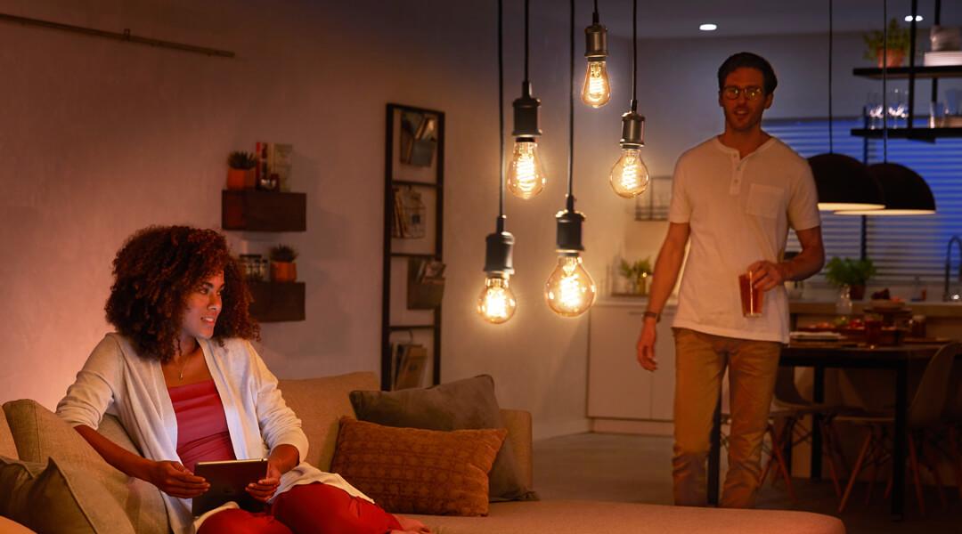 Smarte Technik trifft auf klassisches Design. Die Philips Hue Filament Lampen sorgen immer für die passende Lichtstimmung und ein stilvolles Ambiente.