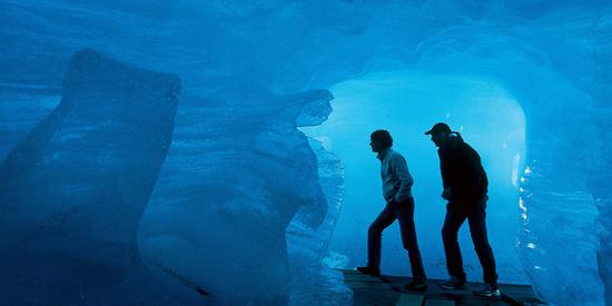 Der Eispavillon gewährt einen Blick in das Innere eines Jahrtausende alten Gletschers.