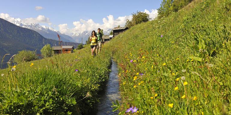 Die Suonen sind historische Wasserkanäle, die durch die Berglandschaft führen.