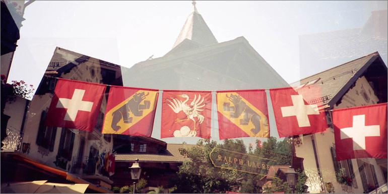 Schweizer Flaggen in Gstaad, Bern