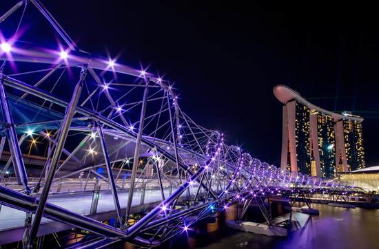 Die Helix Brücke mit dem Hotel Marina Bay Sands im Hintergrund.