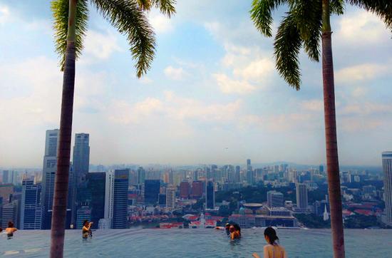 Infinity Pool auf dem Hoteldach des Marina Bay Sands - in wenigen Sekunden bringt der Lift Sie in den 57. Stock.