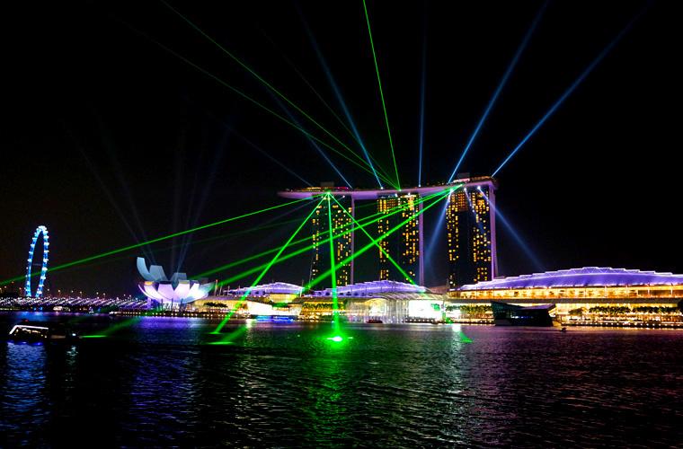 Jeden Tag um 20:00 und 21:30 bietet das Hotel Marina Bay Sands eine 13 minütige Laser Show in der Bucht zwischen Merlion Park und Event Plaza.