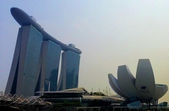 Marina Bay Sands - hat insgesamt 1.560 Zimmern und einen 150 Meter langen Pool auf dem Hoteldach.