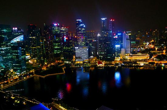 Singapur bei Nacht: Blick aus dem Marina Bay Sands.
