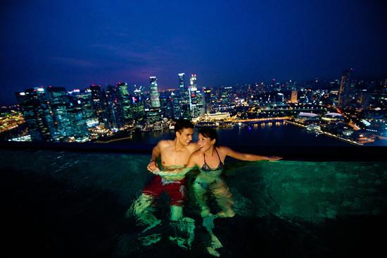 Entspannen im Infinity Pool mit der Aussicht auf die Skyline Singapurs.
