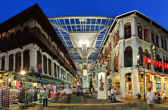 China Town begeistert mit seinem vierstöckigen Buddha-Tempel und Hawker-Centren.