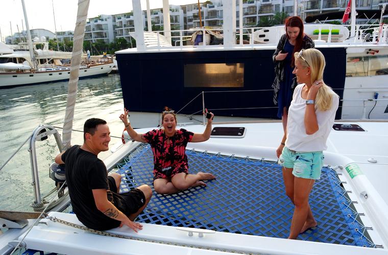 """""""Dinner Cruise"""" - Abendessen auf einer Yacht: Reisereporterin Landmeedchen und Taiga, Caro und Sven."""