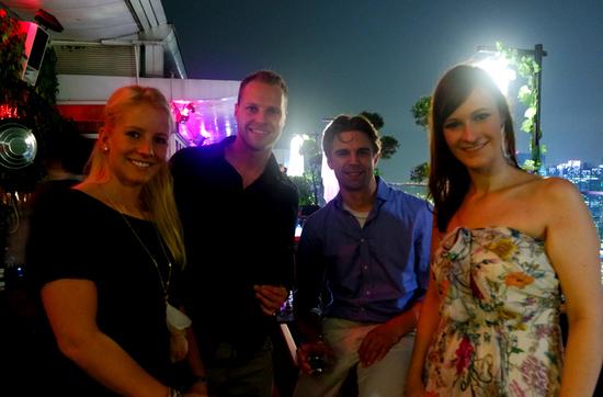 Reisereporterinnen Taiga (links) und Kulturschnalle (rechts) mit ihren Begleitungen Lars und Michael.