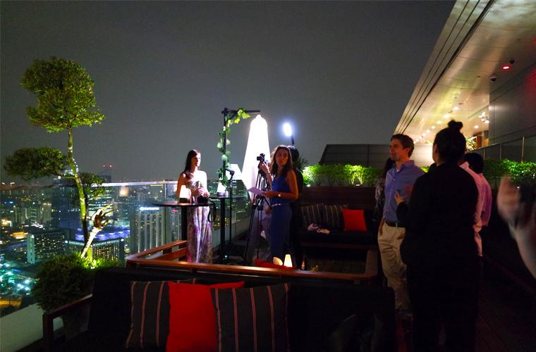 """In der Lounge """"KU DÉ TA"""" in der 57. Etage des Hotels Marina Bay Sands: Reisereporterin Kulturschnalle beim Interview."""