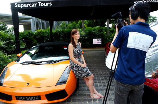 Fahrt auf der F1 Rennstrecke: Reisereporterin Kulturschnalle mit dem Lamborghini.