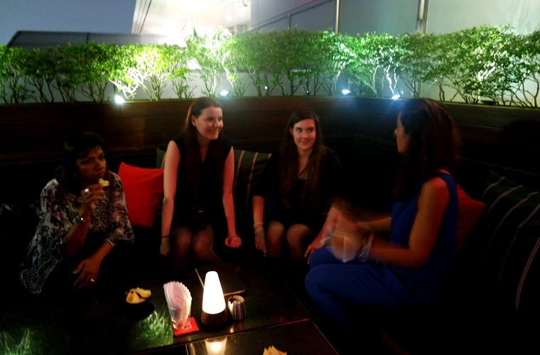 """Begrüßungscocktail in der Lounge """"KU DÉ TA"""": Reisereporterin liovloggt mit ihrer Begleitung Caro."""