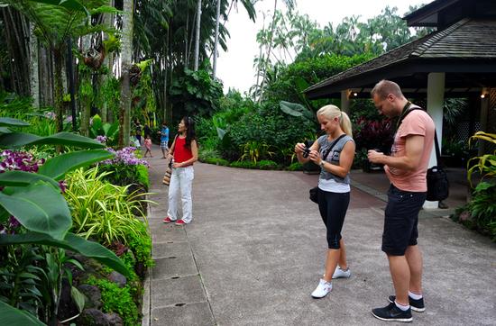 Besuch des Botanischen Gartens und des Orchideen-Gartens: Reisereporterin Taiga mit Begleitung Lars.