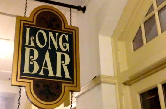 Long Bar im Raffles Hotel: Hier wurde um 1915 zum ersten Mal Singapur Sling unter diesem Namen ausgeschenkt.