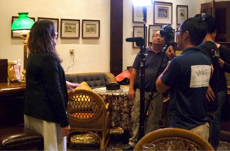 Reisereporterin Landmeedchen beim Interview in der Long Bar des Raffles Hotels.